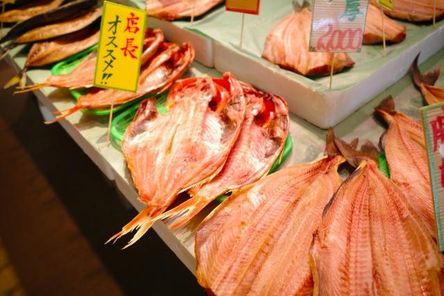 市場で販売されている干物の画像